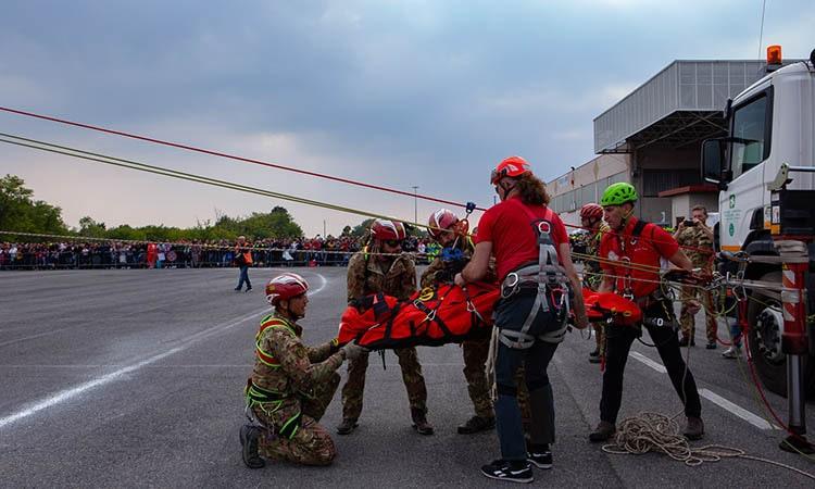 REAS 2019: una squadra soccorso dell'Esercito simula una attività di recupero con un team dell'ANA